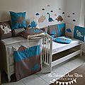 Linge lit bébé et décoration dinosaure bleu pétrole canard, beige et camel : gigoteuse, tour lit & berceau, couverture, stickers