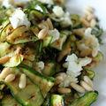 Salade de courgette grillée au chèvre, à la menthe et aux pignons