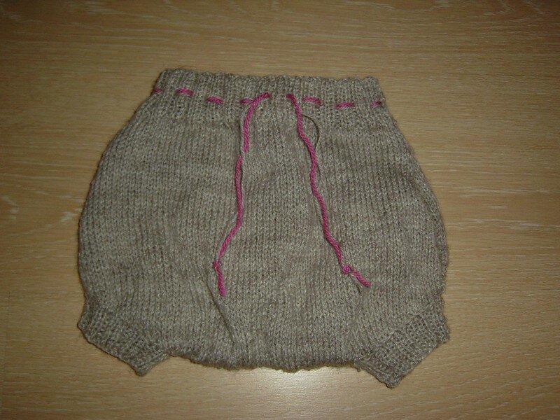 Culotte de protection en laine grise et rose : le devant