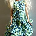 Barbie en robe volants couleur bleu et vert