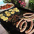 chipolatas grillées à la plancha à gaz avec des tranches de panisse et des tomates à la persillade