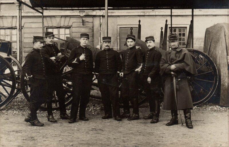 Rouen, caserne Jeanne d'Arc, groupe d'artilleurs du 43e RAC et pièces de 75 au repos (carte-photo coll. Verney-gandeguerre)