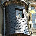 domfront-cité-médiévale-orne-normandie-une-échauguette-visible-en-haut-de-la-grande-rue