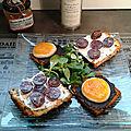Toasts de pain d'épices à l'orange au chèvre et olivade noire à la truffe, marmelade de courge