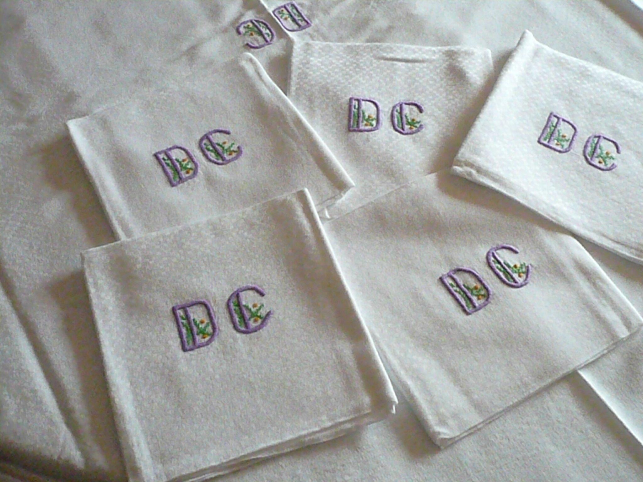 Superbe petite nappe en coton soyeux damassé - Monogramme fait main en couleur DC - Son nom : DIGITALE