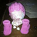 Un petit bonnet et des chaussons roses pour bébé