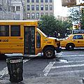taxis, bus scolaires, tout est jaune