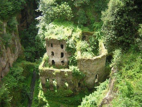 SORRENTO Ruines au fond du ravin
