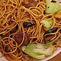 Recette chinoise: nouilles sautées au pak choî et au boeuf.