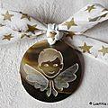 Médaillon d'ange en nacre (sur ruban blanc étoiles or)