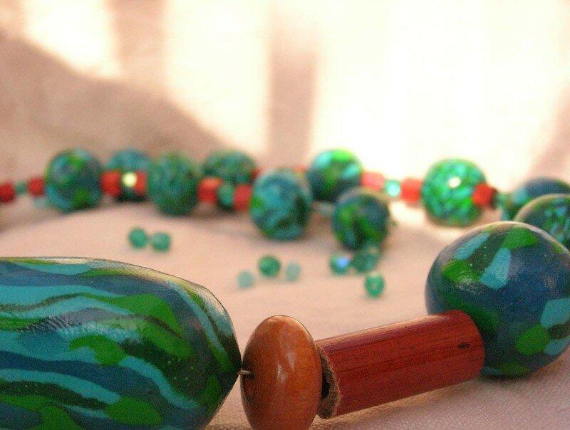 Collier polymère et bois rouge, vue 1