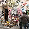 Scènes de rue : devant chez le brocanteur