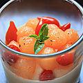 Panna cotta au chevre et basilic billes de melon et gouttes de poivrons rouges et sirop d'erable