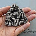 Broche et pendentif celtiques en broderie de perles - boucles d'oreilles tissage brick stitch, brodées de soie et en frivolité