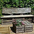 Banc fait de caisses en bois et de planches