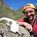 Jénorme au Col de Contende avec un crâne (64)