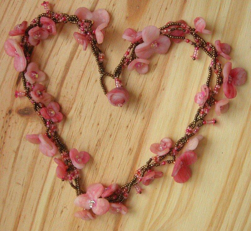 Collier réalisé en fimo et perles de rocaille. Les fleurs ressemblent à de la pierre !