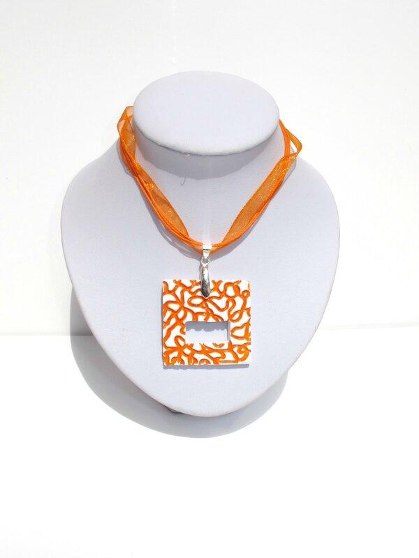 collier porte lunettes fimo carré blanc lignes oranges buste