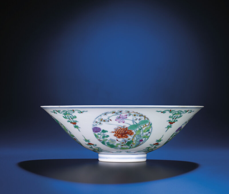 Adoucaifloral medallion bowl, Yongzheng six-character mark within double-circles and of the period(1723-1735)