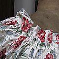Robe Albane trapèze avec encolure et manches courtes froncées en coton écru à fleurs rouge et feuillage vert (3)
