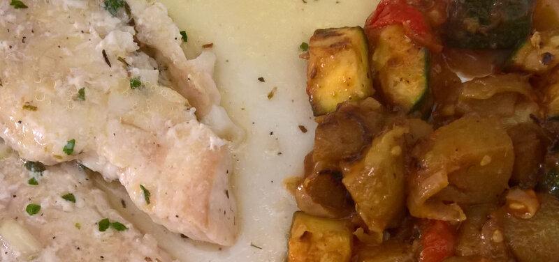Filet de loup de mer, sauce échalotte au beurre et vin blanc, cuit au four, accompagné de ratatouille
