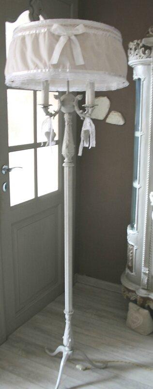 grand lampadaire patin sur pied 4 feux avec coeurs suspendus et abat jour maison blanc blog. Black Bedroom Furniture Sets. Home Design Ideas