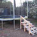 Un bricolage de jérémie: un escalier en palettes pour le trampoline