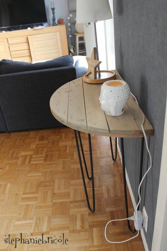 une console demi lune avec un touret en bois et des pieds. Black Bedroom Furniture Sets. Home Design Ideas