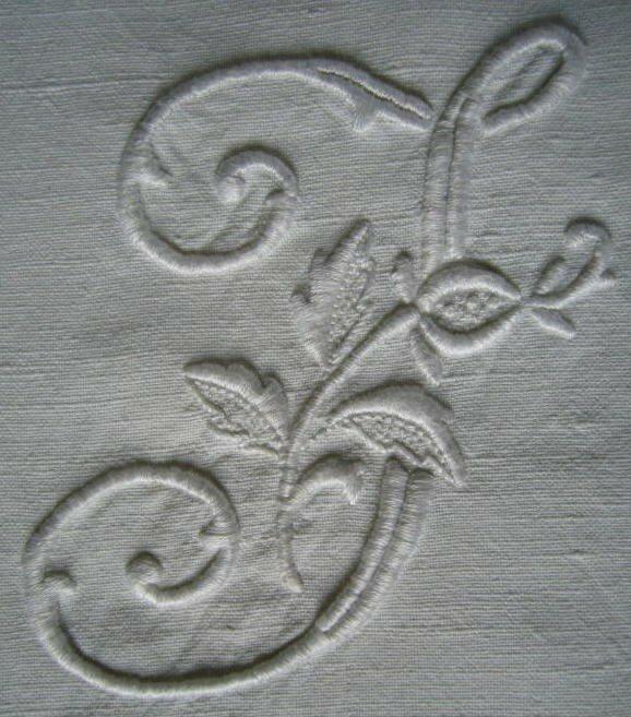J en blanc sur tissu ancien blanc (grand modèle)