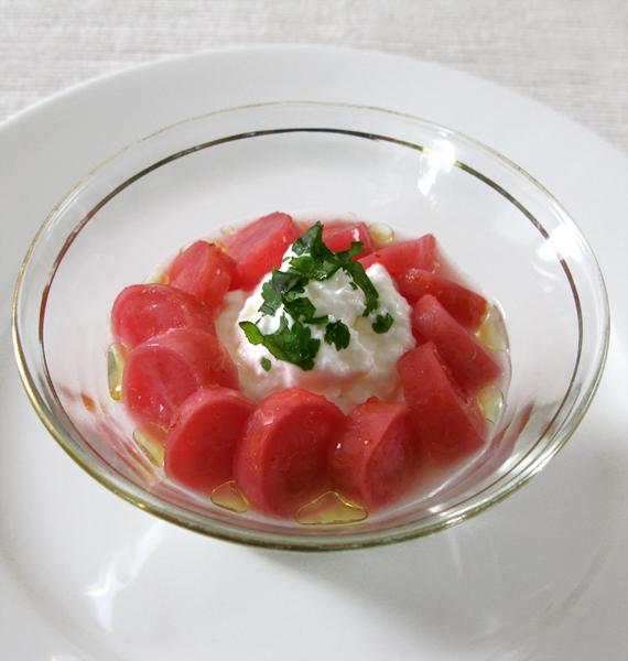 Kimchi de radis rose sur fromage en faisselle