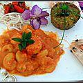 Gambas sauce colombo, accompagnées de nouilles japonaise et de pavés de légumes