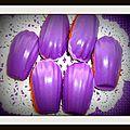 Madeleine à la vanille et sa coque violette..