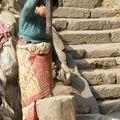 Pilon dans les rues de Bakhtapur)