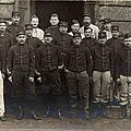 Rouen, caserne Jeanne d'Arc, groupe d'artilleurs du 43e RAC (carte-photo coll. Verney-gandeguerre)